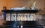 Dijon, Herzogspalast. Claus Sluter, Claus de Werve: Grabmal Philipp der Kühne, Fensterseite