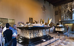 Dijon, Herzogspalast. Grabmäler Johann Ohnefurcht (vorne, gest. 1419) und Philipp der Kühne (gest. 1404) im Salle des Gardes