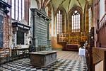 Güstrow, Dom. Chor mit Dorotheenepitaph (li), Wandgrab und Tumba Heinrich Borwin II vorne