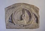 Gandersheim. Stiftskirche: Steinrelief mit Hand Gottes (wohl M. 12. Jh.)