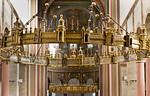 Hildesheim. St.Godehard, Heziloleuchter (aus Dom, um 1060), dahinter Leuchter von 1863