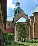 Hildesheim, Dom. Blick aus Kreuzgang auf Ostchor (und Rosenstock), rechts Annenkapelle