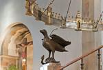 Hildesheim, Dom: Kopie des Bronzeadlers (um 1220) unter Heziloleuchter (um 1060)