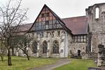 Walkenried, Klosterkirche. Westwand des Querarms und Fassade des Kapitelsaals