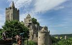 Rudelsburg vorne und Burg Saaleck von Osten