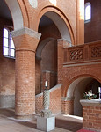 Jerichow, Stiftskirche: Osterleuchter vor Aufgang zum Chor