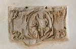 Jerichow, Stiftskirche: Sandsteinretabel der Marienkrönung an Westwand der Krypta