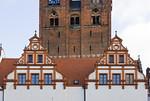 Stendal, Rathaus, Renaissancegiebel (1590) des Corpsflügels vor Turm der Marienkirche