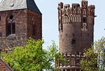 Tangermünde, Turm von St. Nikolai und Rundturm des Neustädter Tors (um 1450, Stephan Buxtehude?) mit Wehrgang (1897)